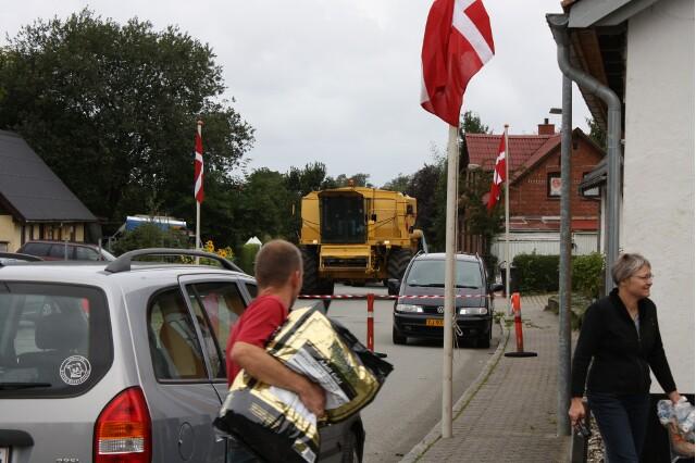 Du ser billederne fra: Mejetærsker hjalp bylauget med at dirrigere trafikken uden om torvet til byens høstmarked