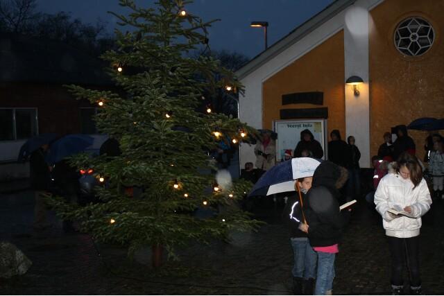 Du ser billederne fra: Æbleskiverne slap op - så mange var mødt frem til juletræets tænding